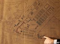 عکس بالا نسخهی اصلی نقشهی ساختمانی آشویتس را نشان میدهد. این نقشه که متعلق به سالهای ۱۹۴۱ و ۱۹۴۲ است، در