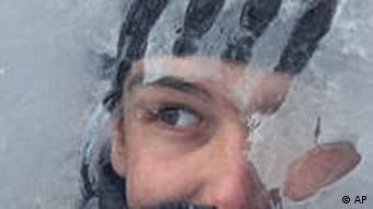 Парень смотрит через замерзшее стекло