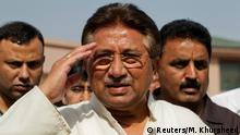 ARCHIV 2013*****FILE PHOTO: Pakistan's former President and head of the All Pakistan Muslim League (APML) political party Pervez Musharraf salutes as he arrives to unveil his party manifesto for the forthcoming general election at his residence in Islamabad April 15, 2013. REUTERS/Mian Khursheed/File Photo