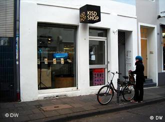 Schaufenster des KISD-Shops von außen (Foto: Suzanne Cords/DW)