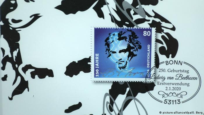 Blue postage stamp with image of Beethoven (picture-alliance/dpa/O. Berg)