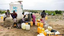 Jemen Flüchtlinge holen Wasser