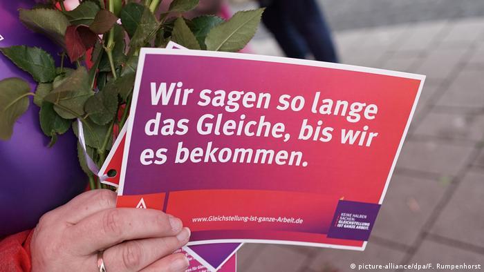 Gleiche Bezahlung für Männer und Frauen (picture-alliance/dpa/F. Rumpenhorst)