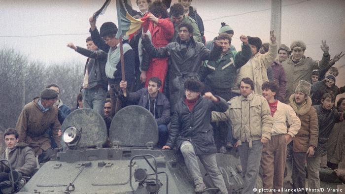 Rumänien Timisoara | Menschen auf gepanzertem Fahrzeug