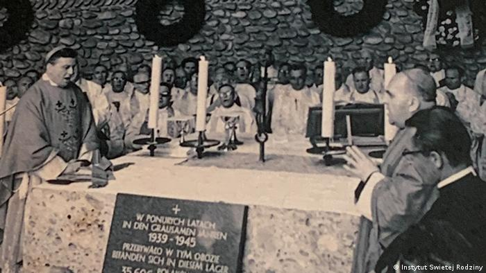 Msza św. w Kaplicy Śmiertelnego Lęku Chrystusa w Dachau. Po lewej ks. Kazimierz Majdański