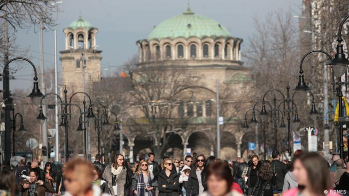Хора се разхождат по софийската улица Витоша