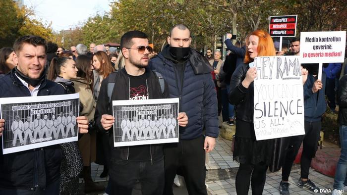 Albanien Jounalisten protestieren in Tirana (DW/A. Ruci)