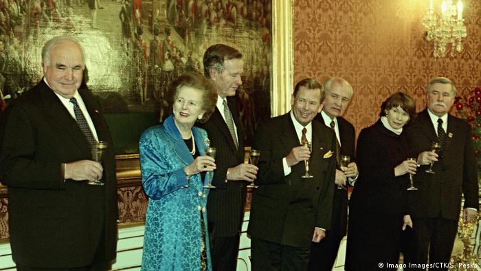 From left to right former German Chancellor Helmut Kohl, former British Prime Minister Margaret Thatcher, former US President George Bush, Czech President Vaclav Klaus, former Soviet president Mikhail Gorbachev, widow of former French President Danielle Mitterrand at Prague Castle ahead of their official dinner to commemorate 10th anniversary of 1989 Velvet Revolution on Monday, Nov. 16, 1999. (Imago Images/CTK/S. Peska)