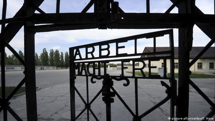 Portão de ferro semiaberto em Dachau