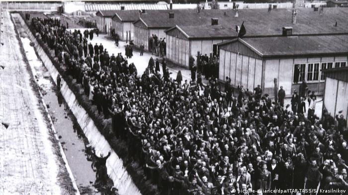 A photograph showing prisoners in the Dachau concentration camp after it was liberated by US troops in 1945 (picture-alliance/dpa/ITAR-TASS/S. Krasilnikov)