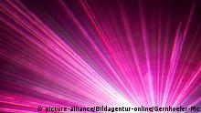 Aufnahme einer Lasershow mit verschiedenen Farben.   Verwendung weltweit, Keine Weitergabe an Wiederverkäufer.