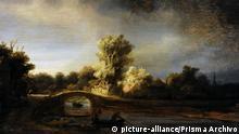 Malerei von Rembrandt (1606-1669) - Landschaft mit Steinbrücke (picture-alliance/Prisma Archivo)