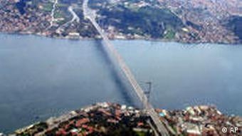 Türkei: Bosporus-Brücke Istanbul, Autobahn-Hängebrücke verbindet Europa und Asien. Aerial view of the Bosporus bridge spanning the Bosporus straits in Istanbul, Turkey, Friday, April 7, 2006. Turkish authorities mandated an automatic toll system on the Bosporus Bridge as part of an attempt to decrease traffic on the congested bridges connecting the European and Asian sides of Istanbul, Turkey's largest city. Vehicles without an automatic pass will be fined or required to use another bridge. Istanbul is a sprawling city of some 12 million whose narrow, ancient streets are jammed with vehicle traffic for many hours each day. (AP Photo/Murad Sezer)