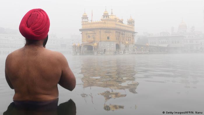 BdT Indien Gebet vor einem Sikh Tempel in Amritsar