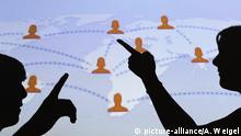 ILLUSTRATION - Die Schatten von Jugendlichen sind vor einer Karte mit weltweiten Verbindungen des sozialen Internet-Netzwerks Facebook zu sehen, aufgenommen am Montag (26.04.2010). Foto: Armin Weigel dpa/lby   Verwendung weltweit