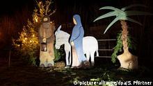 17.12.2019, Niedersachsen, Wieda: Ein Krippe mit mit lebensgroßen Figuren steht neben einem beleuchteten Weihnachtsbaum im Harzort Wieda. Die Krippen-Weihnacht ist bis zum 29.12.2019 zu sehen. Foto: Swen Pförtner/dpa +++ dpa-Bildfunk +++ | Verwendung weltweit