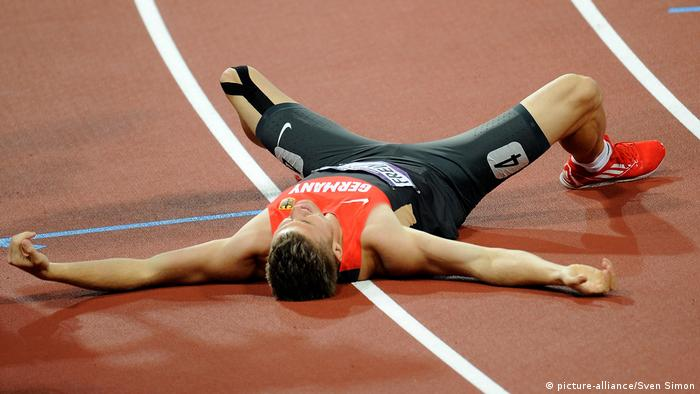 athlete Rico Freimuth lies stretched outm on ground (picture-alliance/Sven Simon)