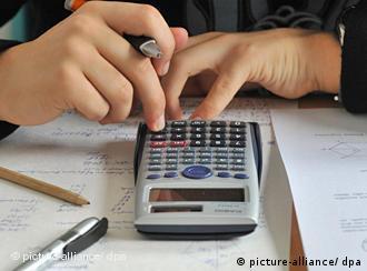 Человек высчитывает что-то на калькуляторе