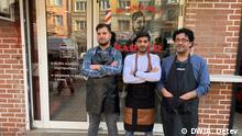 Friseur Mohammed Jamal und seinen Kollegen. Mohammed Jamal kommt aus Syrien und wohnt seit 2013 in Bulgarien. Seit 2014 arbeitet er als Friseur in dem Zentrum von Sofia