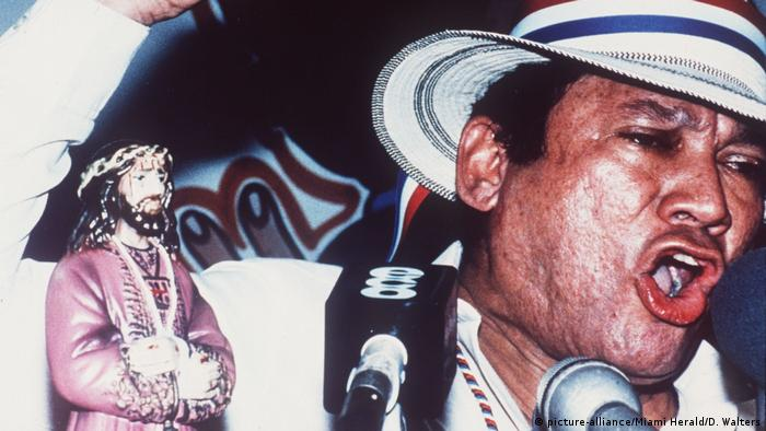 Manuel Noriega rails into a microphone (picture-alliance/Miami Herald/D. Walters)
