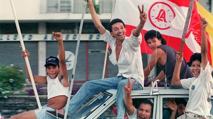 En la foto, un grupo de panameños celebra la noticia de que el 24.12.1989 el dictador Manuel Noriega buscó refugio en la embajada de El Vaticano.