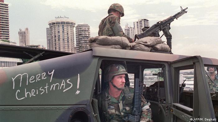 Soldados estadounidenses esperan al dictador Manuel Noriega, apostados frente a la embajada del Vaticano en la capital panameña, el 25 de diciembre de 1989.