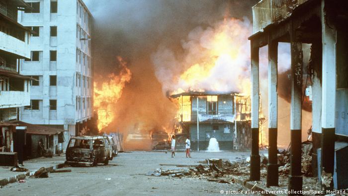 Bombardeo estadounidense y combates en el barrio de El Chorrillo, en Ciudad de Panamá. (21.12.1989).