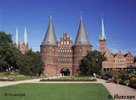 Silhueta de Lübeck: Igreja de Santa Maria (d.) e Holstentor
