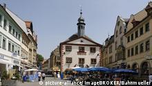 Marktplatz mit dem Alten Rathaus Bad Kissingen Unterfranken Bavaria Rhön Deutschland
