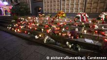 19.12.2019, Berlin: Zahlreiche Blumen und Kerzen sind an der Gedenkstätte für die Opfer des Anschlags am Breitscheidplatz zu sehen. Drei Jahre nach dem islamistischen Anschlag auf dem Weihnachtsmarkt an der Gedächtniskirche hat Berlin der Opfer gedacht. Foto: Jörg Carstensen/dpa | Verwendung weltweit