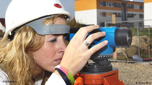Женщина инженер-строитель в каске