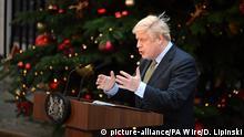 UK Boris Johnson vor Weihnachtsbaum