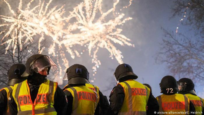 Hannover: Beamte stehen am Steintor, wo das Zünden von Feuerwerk verboten ist, und beobachten ein Feuerwerk in der Ferne
