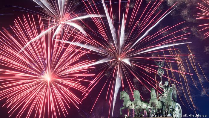Ein Feuerwerk ist während Deutschlands größter Silvesterparty hinter dem Brandenburger Tor zu sehen.