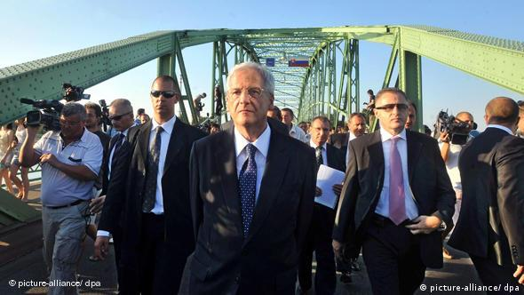 Hungarian President Laszlo Solyom (C) walks back to Hungary on the bridge connecting Komarom, Hungary, and Komarno, Slovakia, after he was prohibited from entering Slovakia 21 August 2009. Solyom was about to pay a private visit to Slovakia to attend an unveiling ceremony of a statue of founder of the Hungarian state King Saint Stephen but Slovakian Prime Minister Robert Fico announced Solyom?s visit to Slovakia undesirable. EPA/SZILARD KOSZTICSAK +++(c) dpa - Report+++