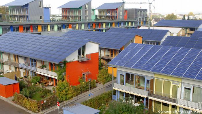 Deutschland Freiburg: Solarsiedlung Sonnenschiff, Niedrigenergiehäuser und oben auf den Dächern Photovoltaikanlagen