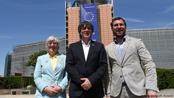 Carles Puigdemont (ortada) ve Toni Comin (sağda)