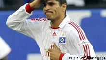 ARCHIV - Der Hamburger José Paolo Guerrero jubelt nach dem Tor zum 1:0 für den HSV im Spiel Hamburger SV - VfL Bochum (Archivfoto vom 13.05.2009). türmer Paolo Guerrero sitzt in seiner Heimat Peru fest, weil er unter Flugangst leidet. Der 26-Jährige, der wegen eines Kreuzbandrisses noch pausieren muss, sollte schon lange beim Fußball- Bundesligisten Hamburger SV sein. Der HSV bestätigte am Dienstag Meldungen Hamburger Zeitungen, dass Guerrero bereits dreimal binnen einer Woche ein Flugzeug bestiegen hatte, die Maschine kurze Zeit später aber wieder verließ.Foto: Maurizio Gambarini dpa/lno +++(c) dpa - Bildfunk+++