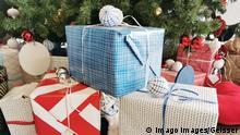 Deutschland Weihnachtsgeschenke unter dem Weihnachtsbaum