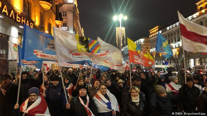 Участники акции против интеграции Беларуси с Россией идут по центру Минска