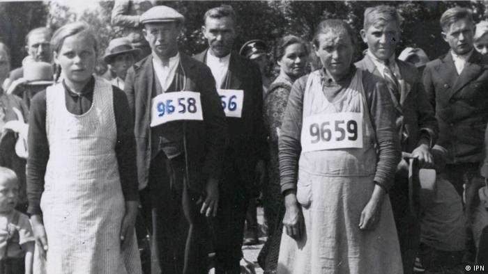 Wysiedleni mieszkańcy Zamojszczyzny po osadzeniu w obozie przejściowym