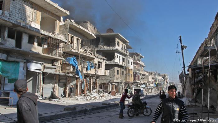 Suriye ordusu tarafından yoğun bombardımana maruz kalan Maaret el Numan kasabası