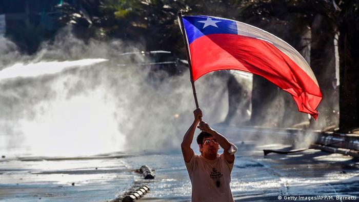 Chile: Proteste und Ausschreitungen in Santiago de Chile (Getty Images/AFP/M. Bernetti)
