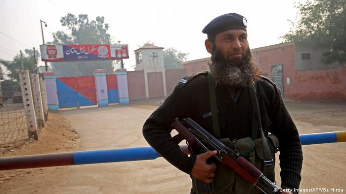 Pakistan Polizist steht Wache vor Zentralgefängnis