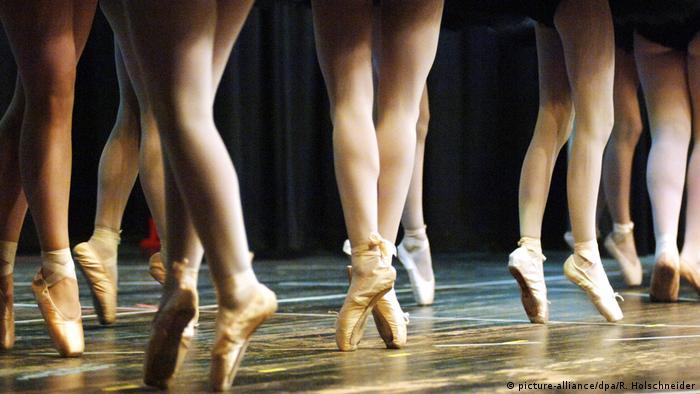 Beine von Balletttänzerinnen auf Spitzenschuhen