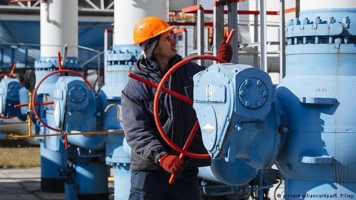 Ein Arbeiter an einer Gas-Pipeline in der Ukraine
