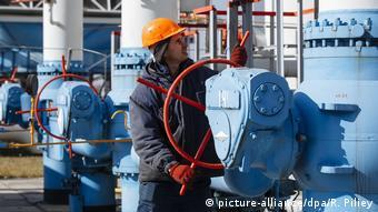 Рабочий обслуживает газопровод