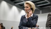 Verteidigungsministerin von der Leyen telefoniert