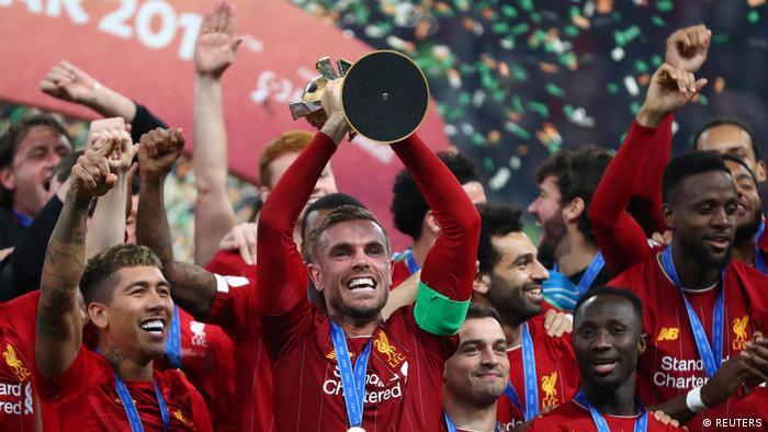 قائد فريق ليفربول جوردان هندرسون وزملاءه يرفعون الكأس بعد فوزهم بلقب بطولة كأس العالم للأندية