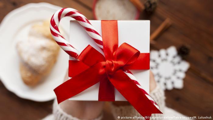 Symbolbild Weihnachten | Frau mit Geschenk